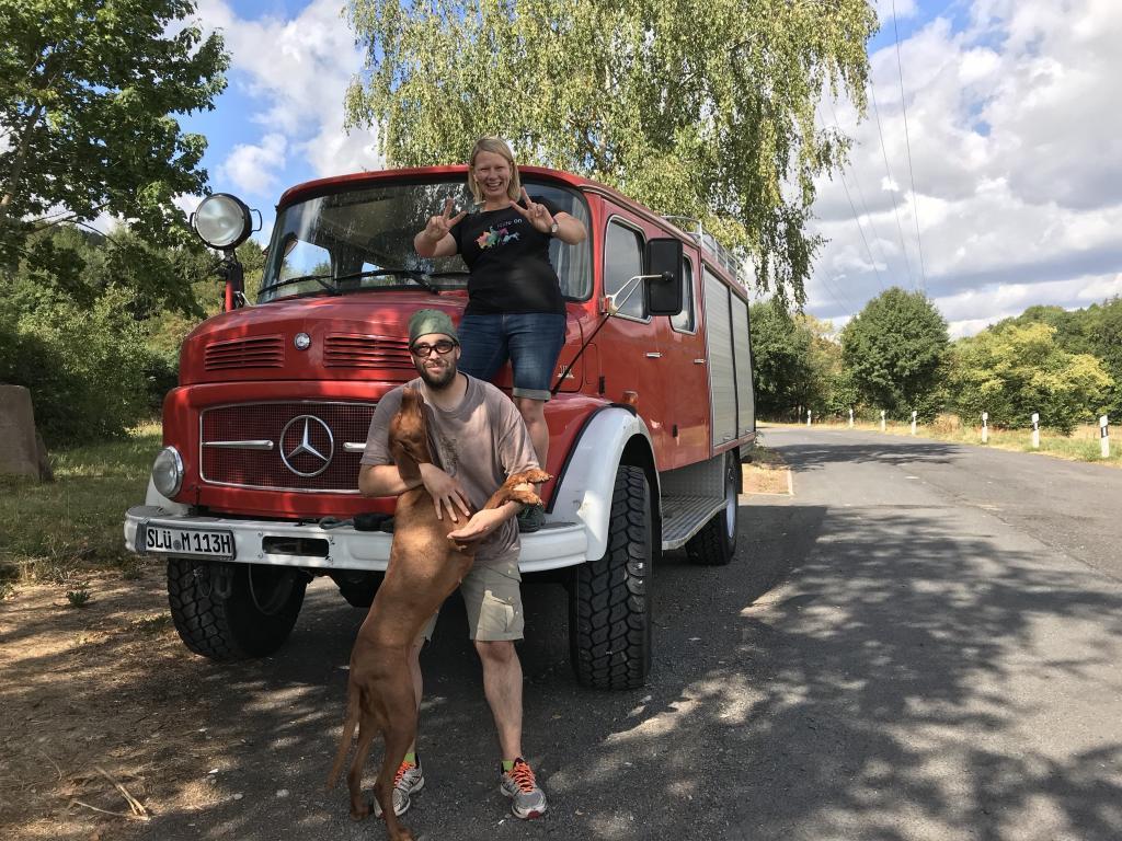 Elfi, Nala und Andy mit den neuen Reifen auf dem blauen Klaus