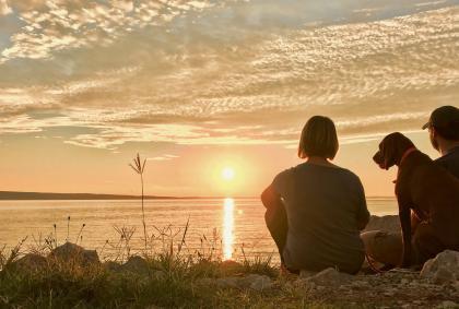 Wir genießen den Sonnenuntergang in Kroatien