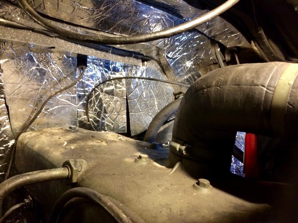 So sieht der verkleidete Motorraum aus. Der heiße Gasfuß bleibt damit aus.