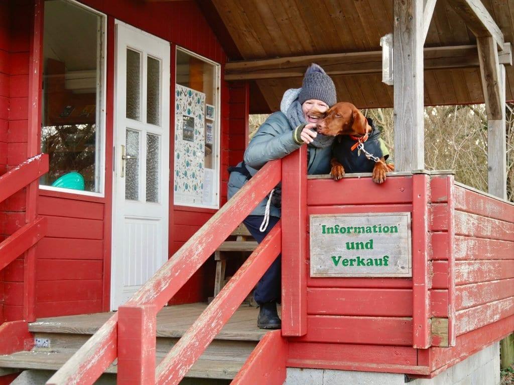 Nala und Elfi an der Naturschutzhütte