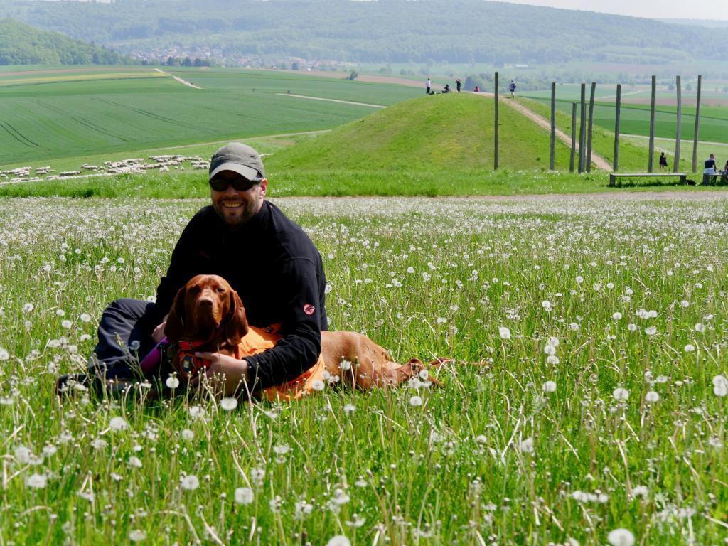 Nala und Andy vor dem Hügelgrab am Glauberg