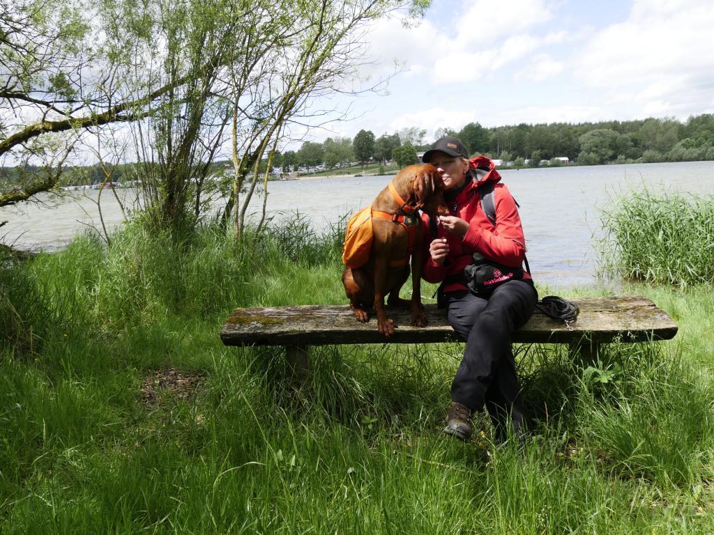 Kleine Pause mit Kuscheln am Niedermooser Teich