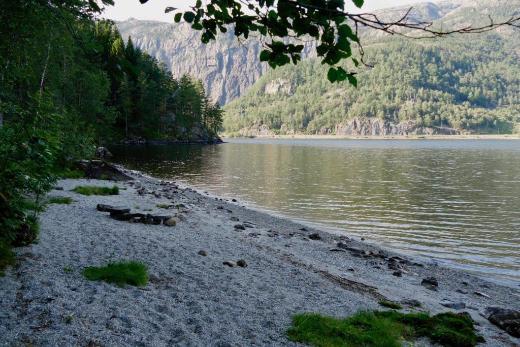 Das Ende des Sees liegt vor uns.