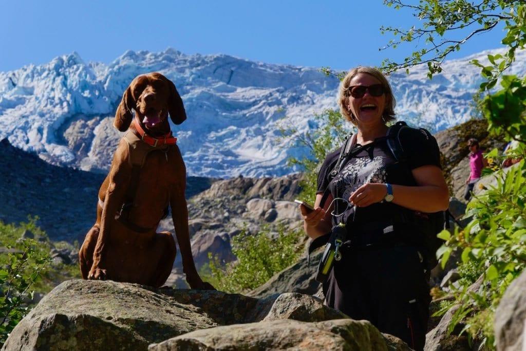 Der Weg ist ein Spaß für Hund und Frauchen. Im Hintergrund kommt das Ziel näher.