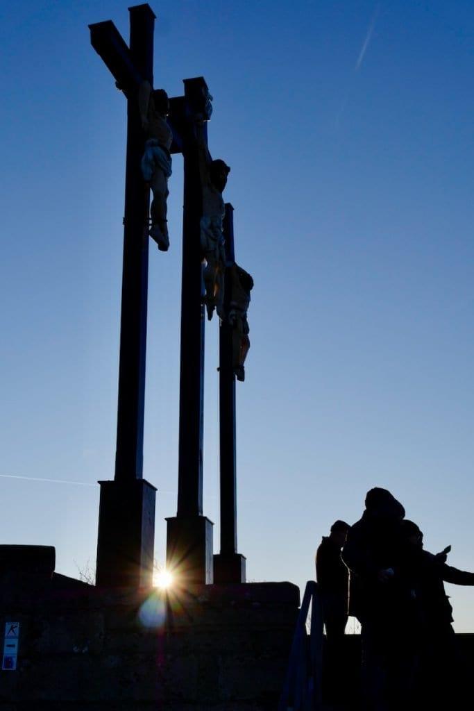 """Die drei Kruzifixe auf dem Kreuzberg und """"Selfie-Touristen"""""""