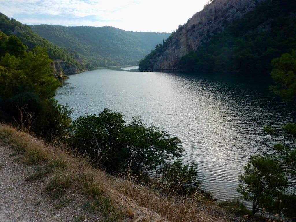 Wir folgen dem idyllischen Stausee nach Skradinski Buk