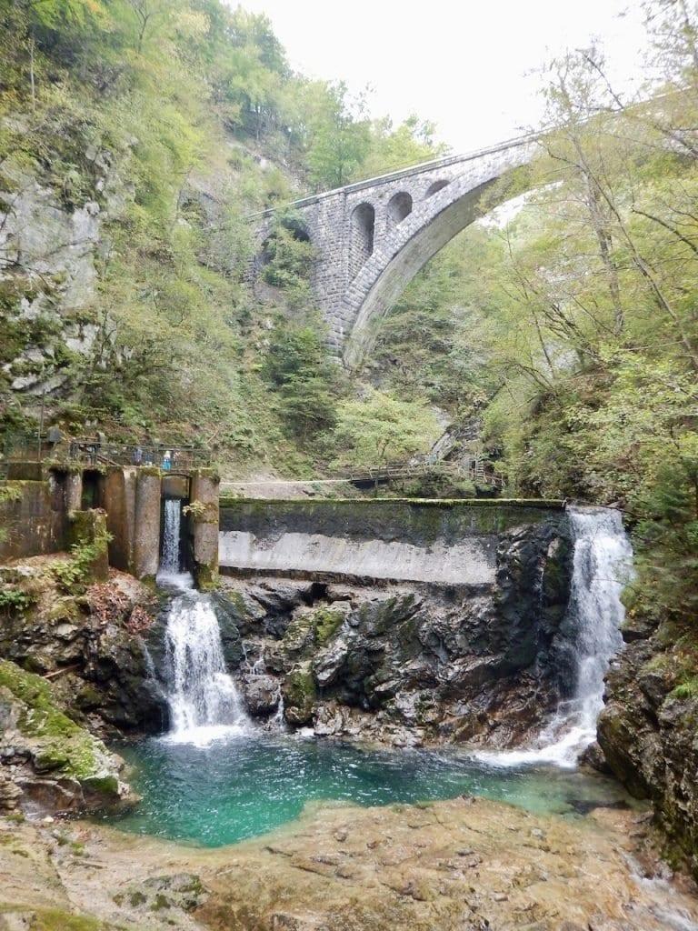 Die Brücke und der Staudamm am Ende der Vintgar Klamm