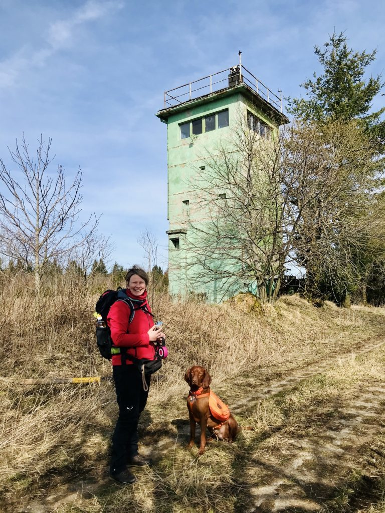 Elfi und Nala am Lost Place Wachturm. Achtung mit Hund, denn hier gibt es einige Scherben.