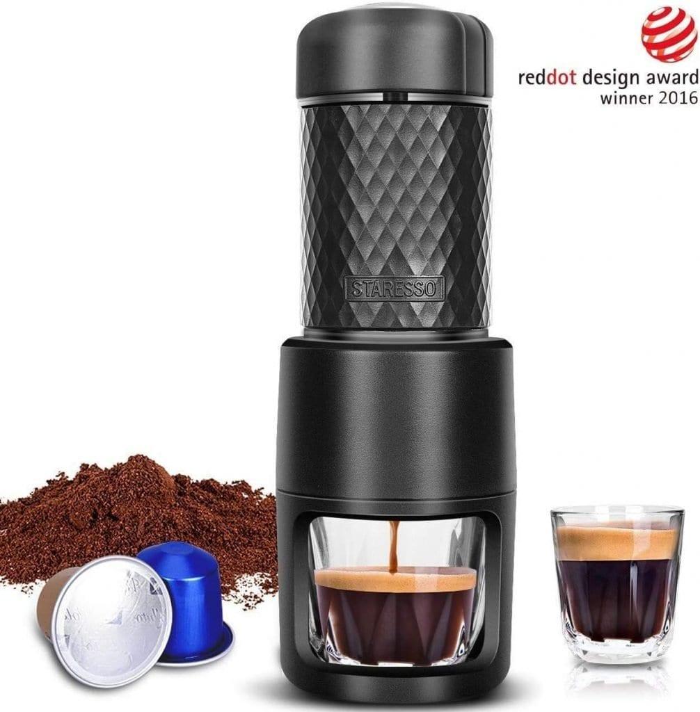 Die Reisekapselmaschine überrascht, da man sie auch mit normalen Kaffee nutzen kann und damit keine Kapseln braucht