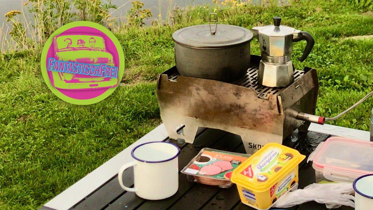 Unterwegs Kaffee kochen im Camper