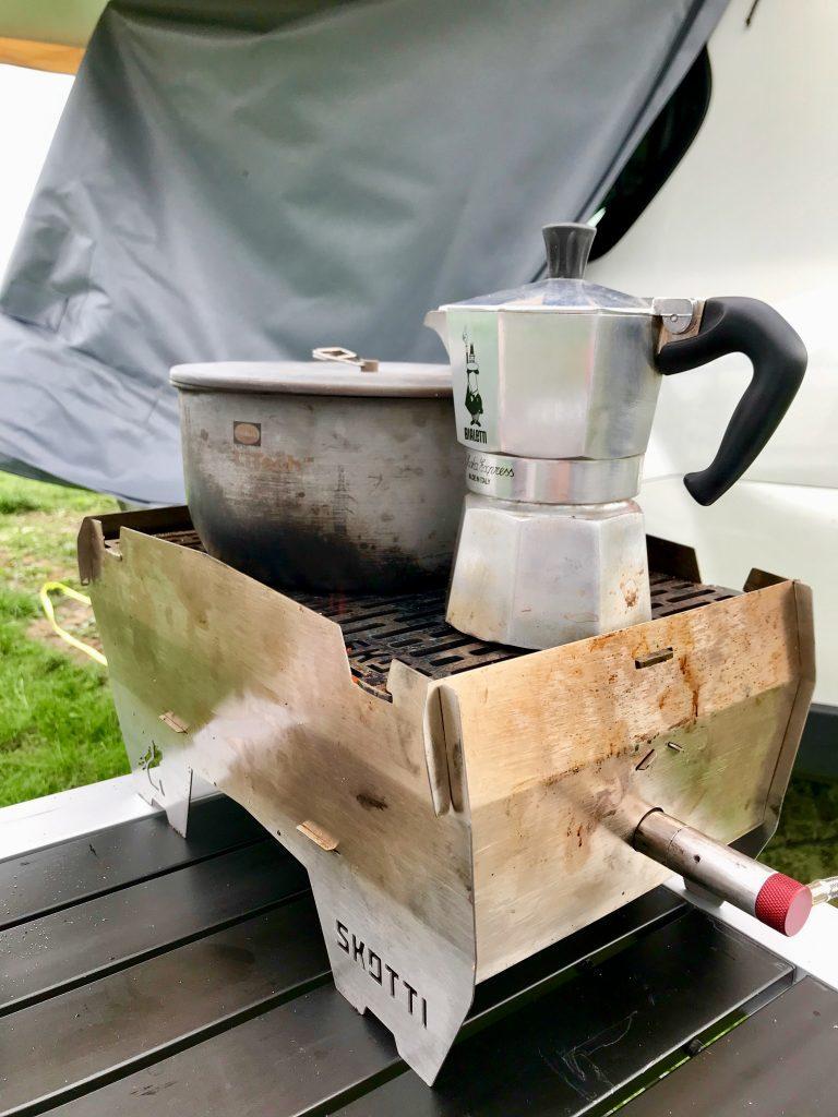 Frühstücks-Setup auf unserer Norwegentour. Skotti Grill, Primus Topf mit Milch und Bialetti Moka Express