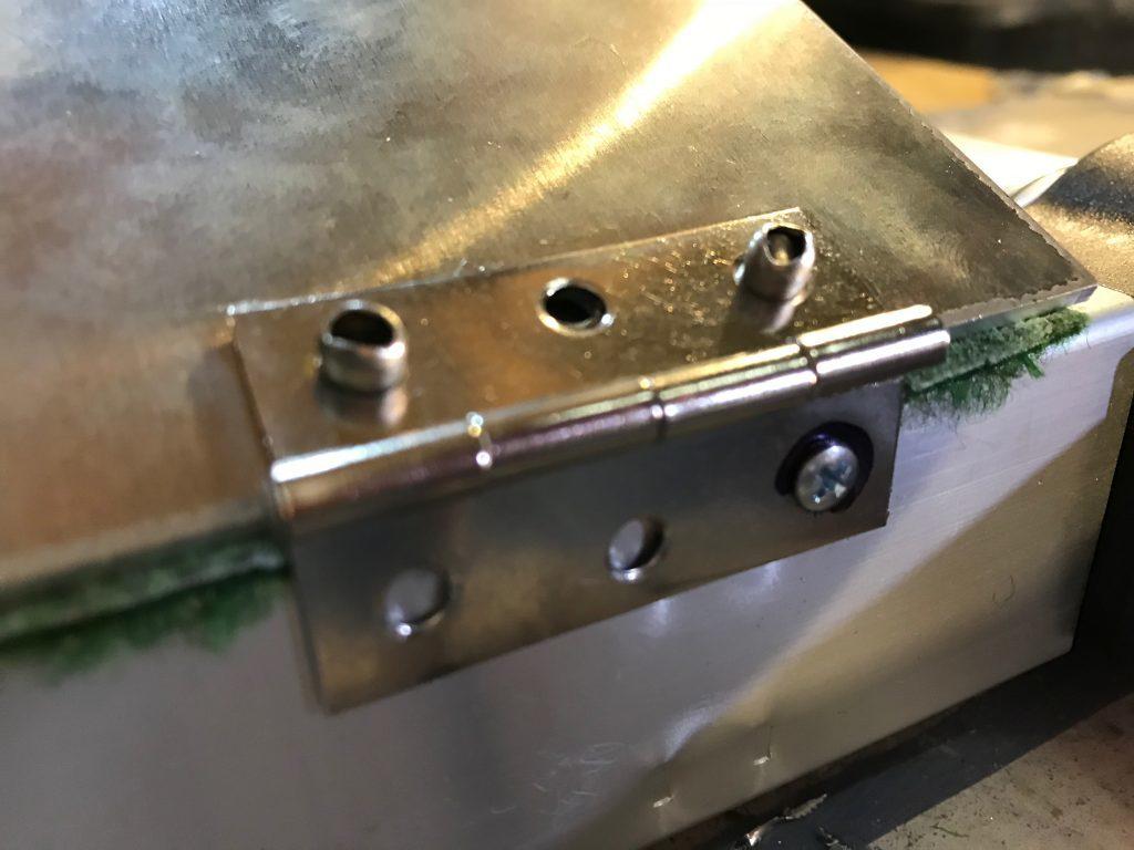 Zwei Popnieten durch das Alublech gequetscht und die erste Schraube in die Aluleiter geschraubt