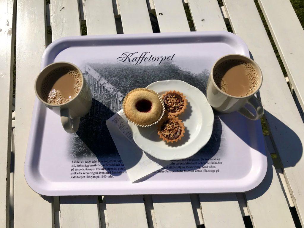 Von wegen, die können nur Knäckebrot. Leckeres schwedisches Gebäck und dazu einen Kaffee in der Sonne. Perfekt.