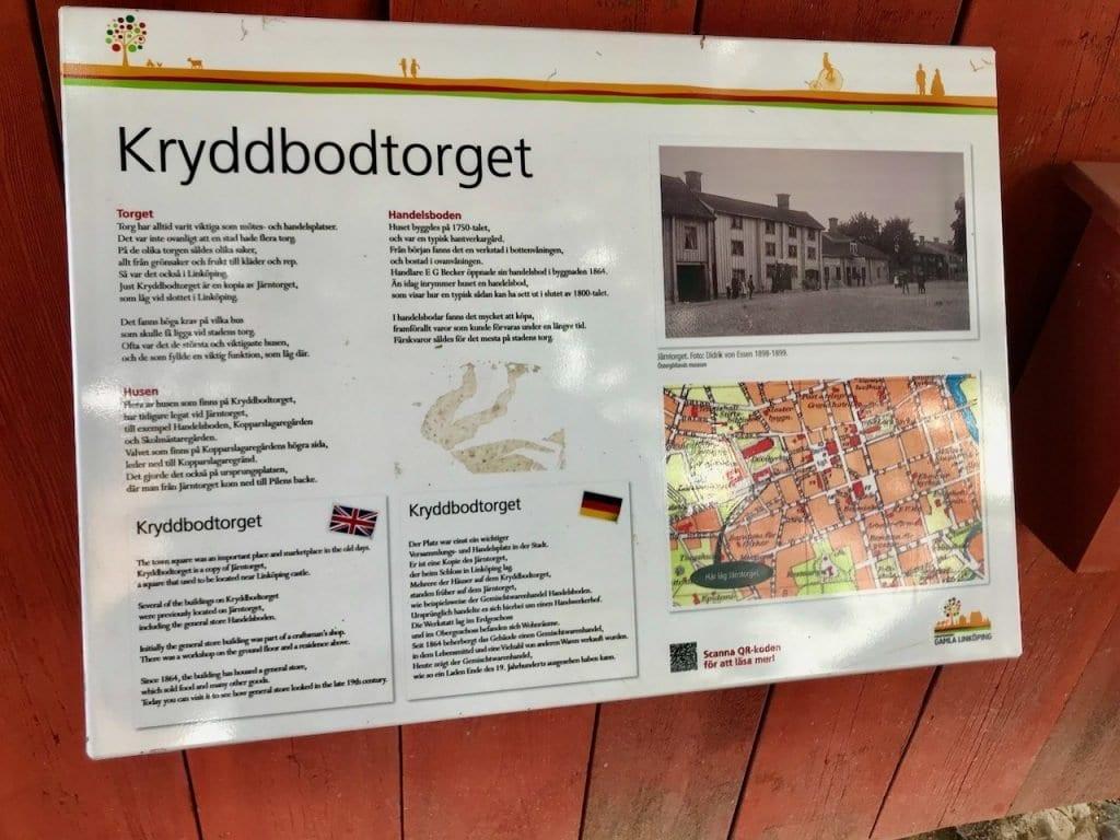 Schilder erklären das Leben in Gamla Linköping